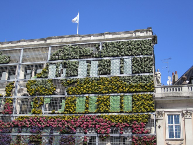 'Living wall' system by La Citta Vita (CC BY-SA 2.0).